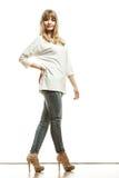 Blonde Modefrau im weißen Hemddenim keucht Lizenzfreies Stockfoto