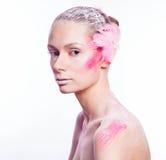 Blonde Modefrau mit rosa Gesichtskunst Lizenzfreie Stockfotos