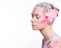 Blonde Modefrau mit rosa Gesichtskunst Stockbilder