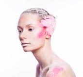 Blonde Modefrau mit rosa Gesichtskunst Lizenzfreie Stockfotografie