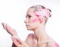 Blonde Modefrau mit rosa Gesichtskunst Lizenzfreies Stockbild