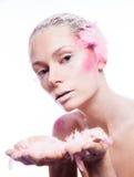 Blonde Modefrau mit rosa Gesichtskunst Lizenzfreie Stockbilder