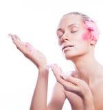 Blonde Modefrau mit rosa Gesichtskunst Stockfoto