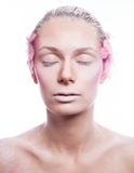 Blonde Modefrau mit rosa Gesichtskunst Stockbild