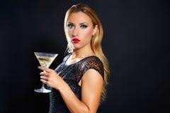 Blonde Modefrau trinkende vermout Schale Lizenzfreie Stockbilder