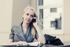 Blonde ModeGeschäftsfrau, die um Handy ersucht Lizenzfreies Stockfoto