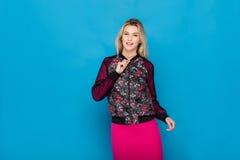 Blonde moderne Frau auf blauem Hintergrund Lizenzfreie Stockbilder