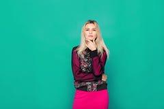 Blonde moderne Frau auf blauem Hintergrund Lizenzfreie Stockfotos