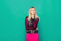 Blonde moderne Frau auf blauem Hintergrund Lizenzfreies Stockbild