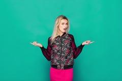 Blonde moderne Frau auf blauem Hintergrund Stockfotos