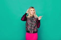 Blonde moderne Frau auf blauem Hintergrund Lizenzfreies Stockfoto