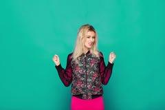 Blonde moderne Frau auf blauem Hintergrund Lizenzfreie Stockfotografie