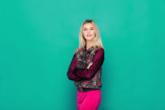 Blonde moderne Frau auf blauem Hintergrund Stockbilder