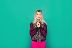 Blonde moderne Frau auf blauem Hintergrund Stockfoto