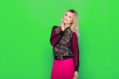 Blonde moderne Frau auf blauem Hintergrund Stockfotografie