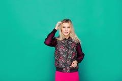 Blonde moderne Frau auf blauem Hintergrund Stockbild
