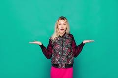 Blonde moderne Frau auf grünem Hintergrund Stockbilder