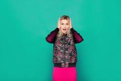 Blonde moderne Frau auf grünem Hintergrund Lizenzfreie Stockbilder