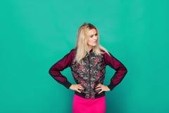 Blonde moderne Frau auf grünem Hintergrund Lizenzfreies Stockbild