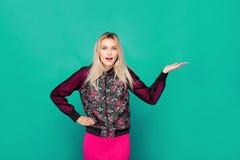 Blonde moderne Frau auf grünem Hintergrund Stockfoto