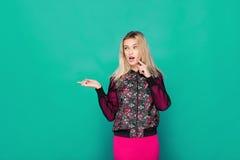 Blonde moderne Frau auf grünem Hintergrund Lizenzfreie Stockfotos