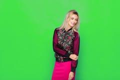 Blonde moderne Frau auf grünem Hintergrund Lizenzfreie Stockfotografie