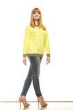 Blonde moderne Frau in der gelben Bluse Lizenzfreie Stockfotos