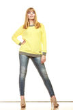 Blonde moderne Frau in der gelben Bluse Stockfotos