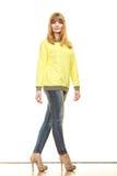 Blonde moderne Frau in der gelben Bluse Stockfoto
