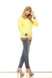 Blonde moderne Frau in der gelben Bluse Lizenzfreies Stockbild