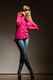 Blonde moderne Frau in der rosa Bluse Lizenzfreie Stockbilder