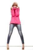 Blonde moderne Frau in der rosa Bluse Lizenzfreies Stockbild