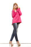 Blonde moderne Frau in der rosa Bluse Stockbild