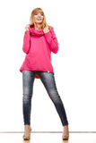 Blonde moderne Frau in der rosa Bluse Stockfotografie