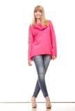 Blonde moderne Frau in der rosa Bluse Lizenzfreies Stockfoto