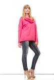 Blonde moderne Frau in der rosa Bluse Lizenzfreie Stockfotografie
