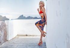 Blonde moderne Frau, die ein rotes swimmsuit trägt Lizenzfreie Stockfotos