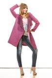 Blonde moderne Frau im klaren Farbmantel Stockbild