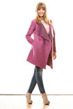 Blonde moderne Frau im klaren Farbmantel Lizenzfreies Stockfoto