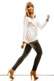 Blonde moderne Frau im weißen Hemd Stockbild