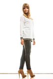 Blonde moderne Frau im weißen Hemd Lizenzfreies Stockfoto