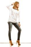 Blonde moderne Frau im weißen Hemd Stockfotografie
