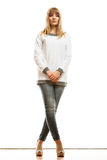 Blonde moderne Frau im weißen Hemd Stockfotos