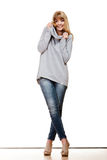 Blonde moderne Frau in voller Länge Stockfotografie