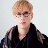 Blonde moderne studentenmens met nerdglazen stock foto's