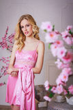 Blonde mooie vrouw in roze peignoir Royalty-vrije Stock Fotografie