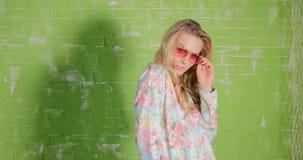 Blonde mooie vrouw in zonnebril het stellen stock video