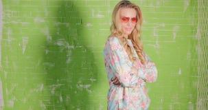 Blonde mooie vrouw in zonnebril het stellen stock videobeelden
