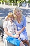 Blonde Mutter, die seinen Sohn im Sommer umarmt Stockfoto