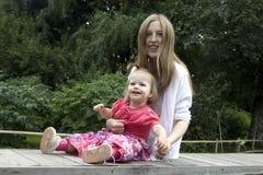 Blonde Mutter mit ihrem Schätzchen Stockbilder